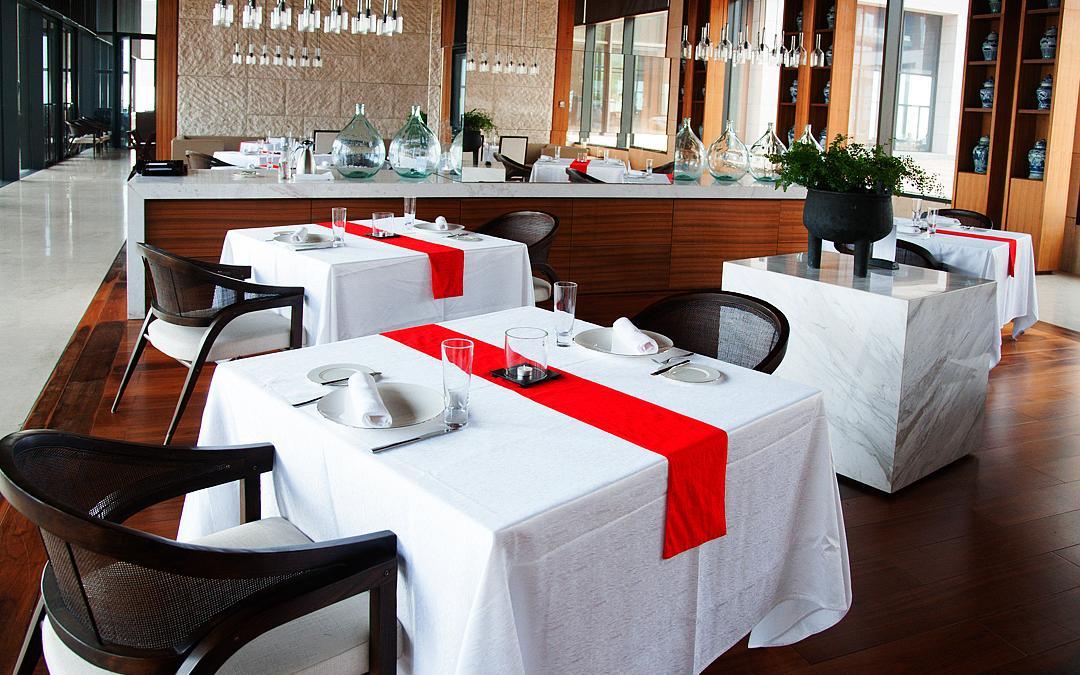 青岛涵碧楼酒店伸入海洋腹地,三面环海一面靠山,极致的亲海性让宾客