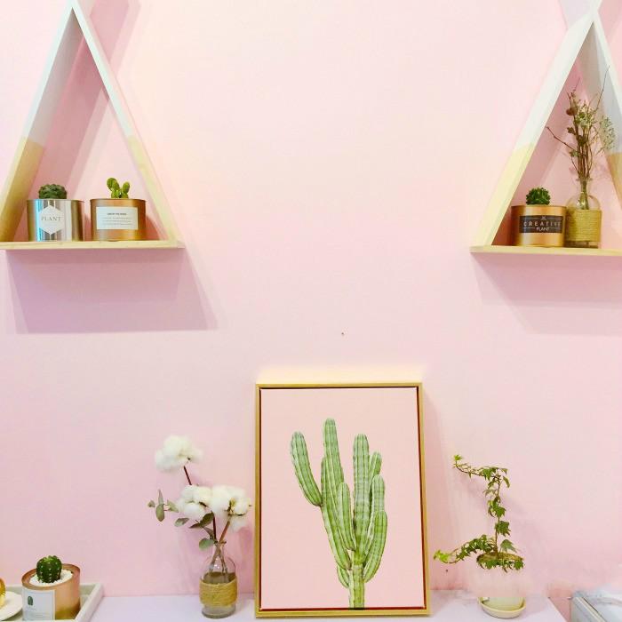 淡粉色的墙壁,格子桌布,火烈鸟的装饰,北欧风浓厚,简洁又可爱.图片