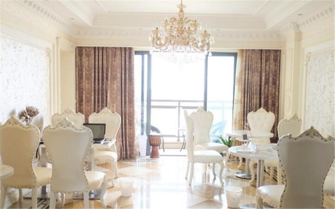 装修风格挺别致,浅色调的欧式风格,桌椅背景都适合拍照.