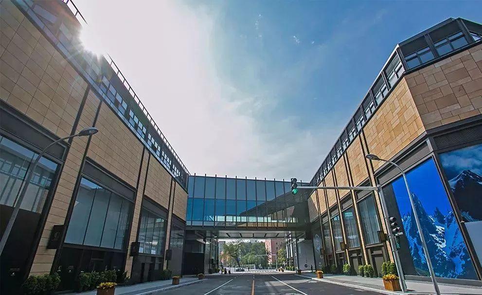 上海养云安缦酒店  该酒店被称为是今年上海最受期待与最奢华酒店。酒店还未开业便备受瞩目,耗资 33 亿,历时 15 年建成,睡一晚的房价在 6000 元左右。养云安缦在选址上遵循了一贯的避世风格,坐落于马桥镇的旗忠村,这里被誉为上海的龙脊之地,上海最早的人类文化正发源于此。  酒店的搭建可谓煞费苦心,10000 棵古樟树和 50 座明清住宅从江西抚州逐一抵运上海,经过经验老道的木匠及工匠之巧手,最终重新搭建出26座古宅。由安缦御用设计师 Kerry Hill 指导设计,占地 43 万平米,不管