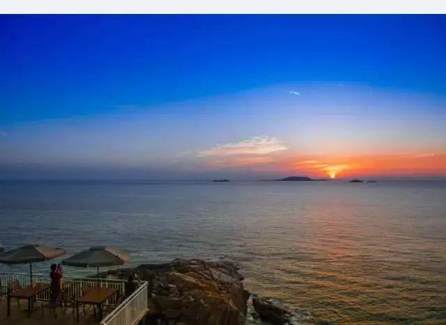 乐活美宿选址位于青岛崂山风景区内背靠崂山面朝大海坐拥山海奇观