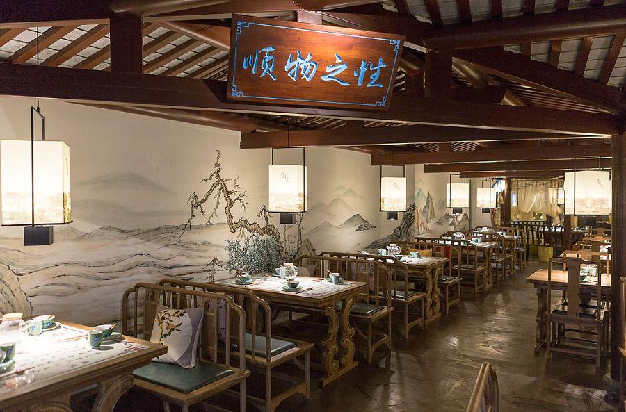 出菜的后厨已然装修成古代店铺的样式,大厨手艺一览无遗.